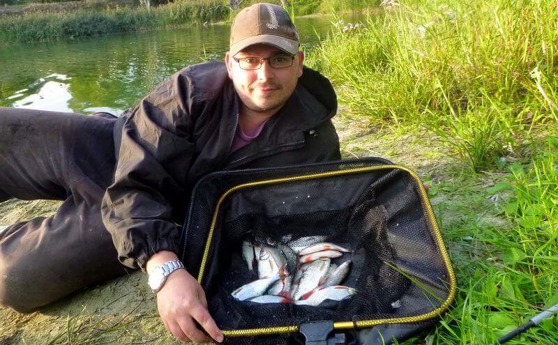 Angler mit Rotaugen gefangen auf ein aktives Lockfutter