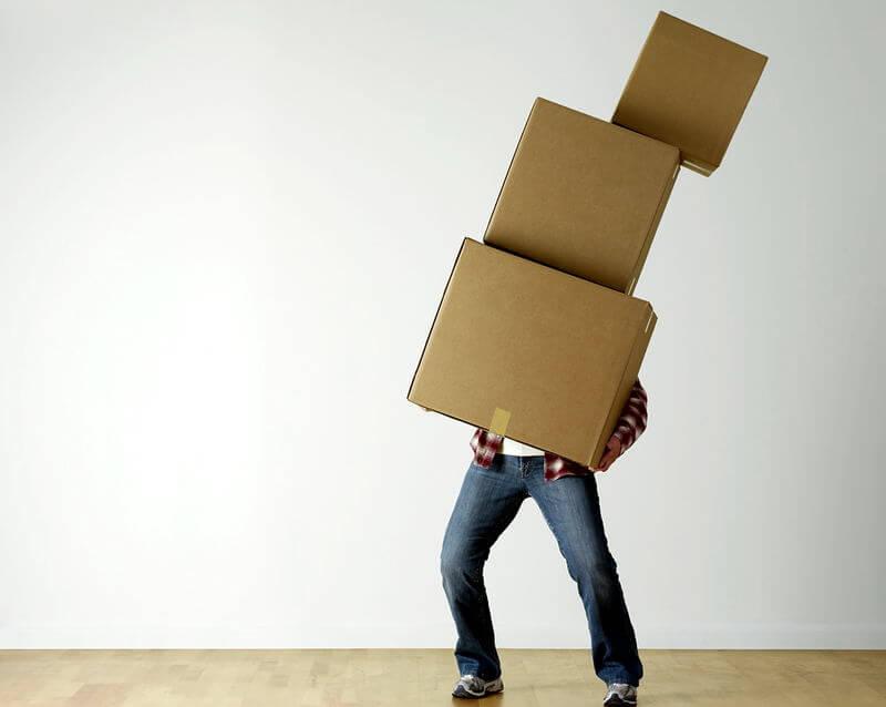 Mann mit Paketen in der Hand