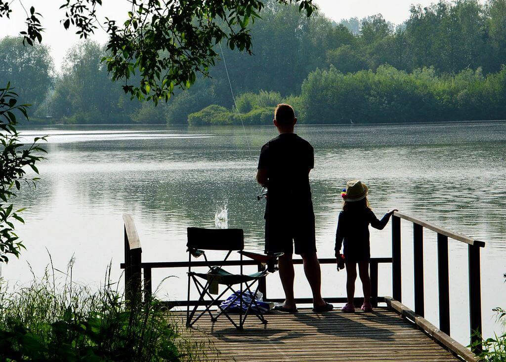Ein Vater angelt mit seinem Kind
