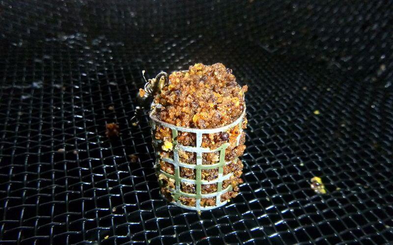 Futterkorb mit braunem Lockfutter