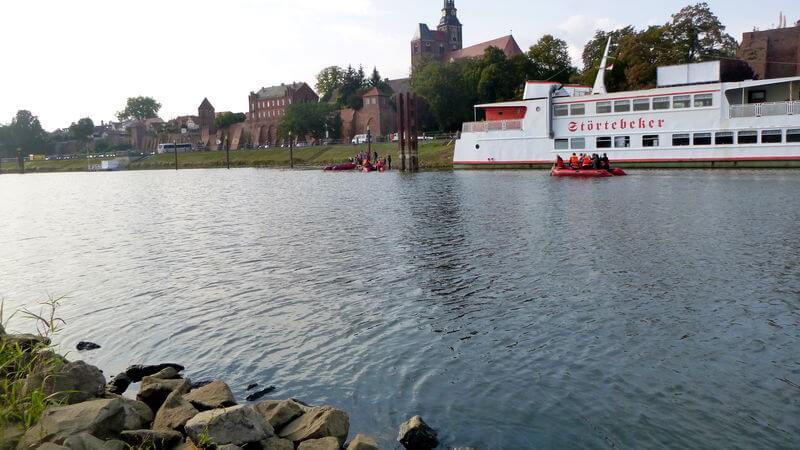 Schiff und Boote im Hafen