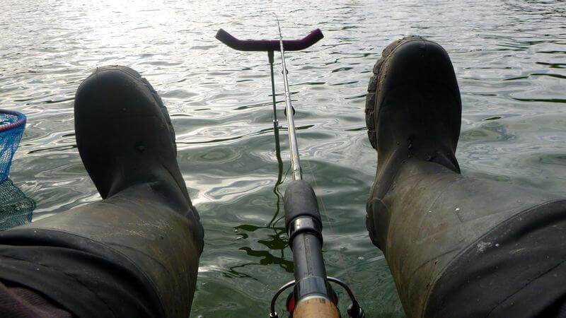 Winkelpicker auf der Ablage und ein Angler