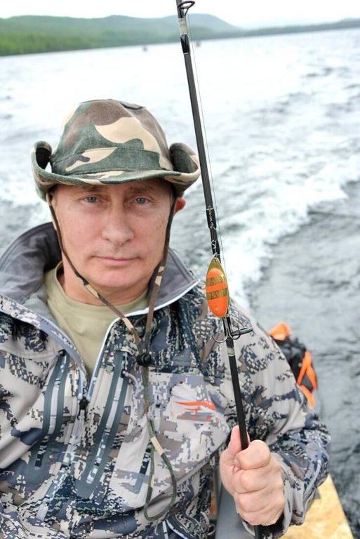 Wladimir Putin mit Kunstköder an einer Spinnrute