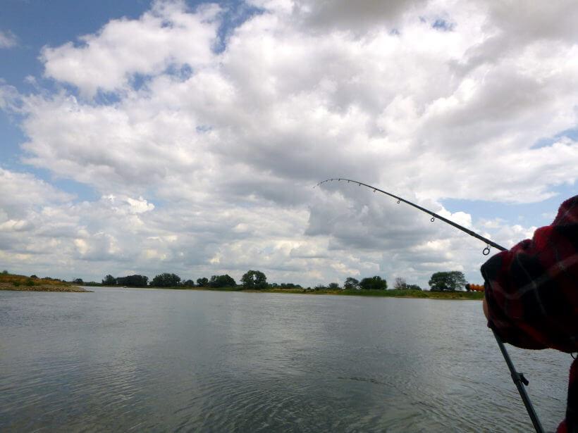 Feederausrüstung und Angler im Herbst