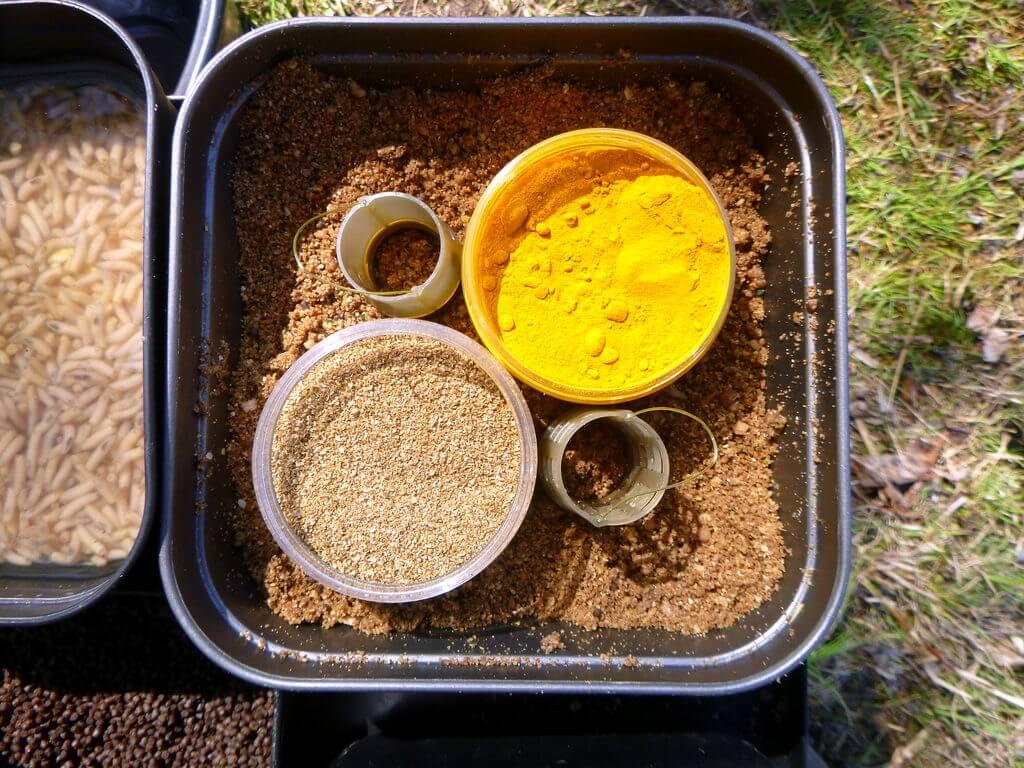 Feederfutter kann durch Gewürze und Lockstoffe verfeinert werden