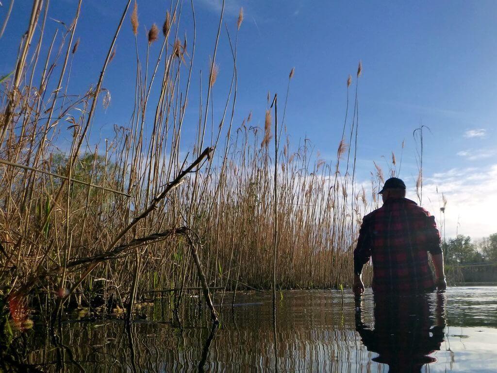 Angler bei der Gewässererkundung an einer Kieskuhle