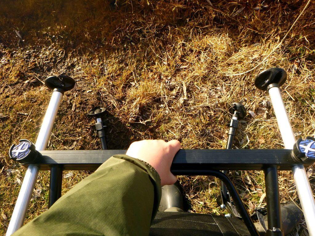 Beine am Feederstuhl werden dem Ufer angepasst