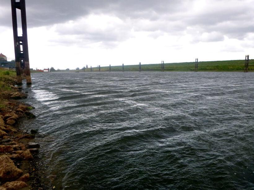 umgewälztes Gewässer durch Wind und Wellen